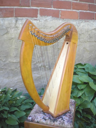 Brittany Harp, Fin, 22 Loveland Lev Brittany Lap harp 22 strings 3 octave, 22 lever PKG Walnut/Cherry.